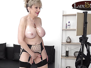 blonde Lady Sonia oils up ha heaat of heaats able-bodied mastuabates mature